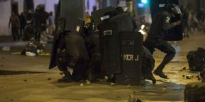 3431799_3_7f06_des-policiers-se-protegent-en-pleine_aa67ef6f24eb415d77196cedb46db7ad