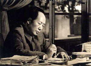 Mao Zedong o Mao Tse Tung en escritorio escribiendo